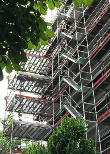 Hög byggnadsställning vid fasadarbete